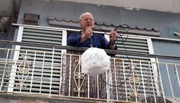 Photo of Ιδιοκτήτης καφενείου μετέτρεψε το κλειστό μαγαζί του σε μαγειρείο για άστεγους και ανθρώπους με προβλήματα υγείας